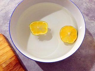 百变水果~鲜百合果皮苹果蜜梨甜汤,将柠檬放入饮用水内