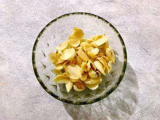 百变水果~鲜百合果皮苹果蜜梨甜汤,鲜百合一片一片掰下来,洗净,备用