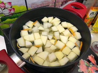 百变水果~鲜百合果皮苹果蜜梨甜汤,大火开煮