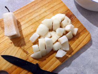 百变水果~鲜百合果皮苹果蜜梨甜汤,蜜梨去皮去核,如图所示,切成小块