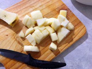 百变水果~鲜百合果皮苹果蜜梨甜汤,苹果去皮去核,如图所示,切成小块