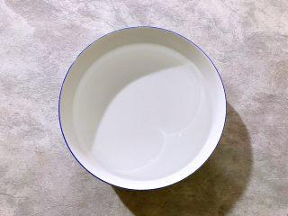百变水果~鲜百合果皮苹果蜜梨甜汤,准备一大碗饮用水
