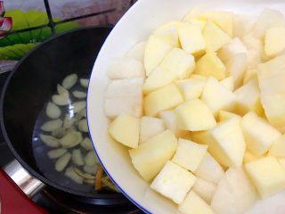百变水果~鲜百合果皮苹果蜜梨甜汤,加入撇去饮用水的苹果和蜜梨,柠檬片就不要了