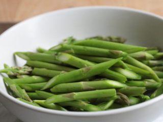油淋芦笋,芦笋斜切成小段。