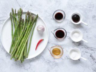 油淋芦笋,准备好所需食材和调味。