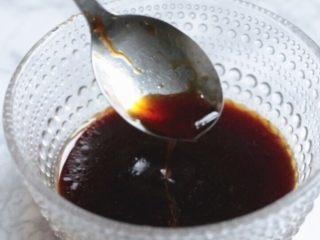 油淋芦笋,生抽、醋、蚝油、盐、糖兑些水温水调成味汁。