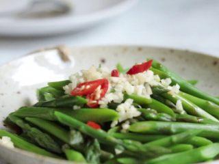 油淋芦笋,芦笋上放上蒜蓉和小米辣丁。