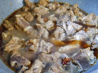 白萝卜烧排骨,适量水,没过排骨即可。盖上锅盖大火煮开,转小火,焖炖20-30分钟