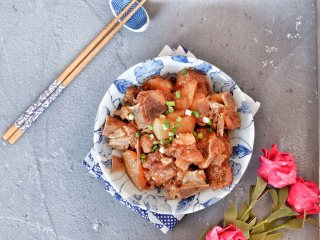 白萝卜烧排骨,出锅装盘~