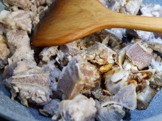 白萝卜烧排骨,再加入老抽,生抽炒匀。