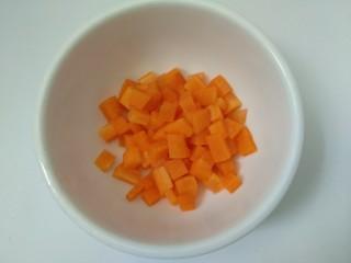 菠萝咖喱饭,将胡萝卜切成小丁。