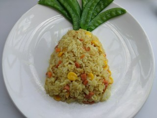 菠萝咖喱饭,在餐盘摆成菠萝叶子的形状。