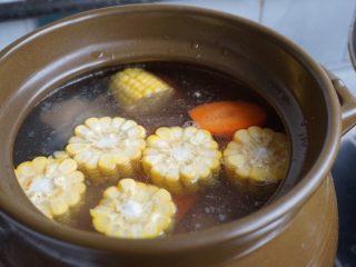 紫淮山玉米猪骨汤,加入玉米和红枣