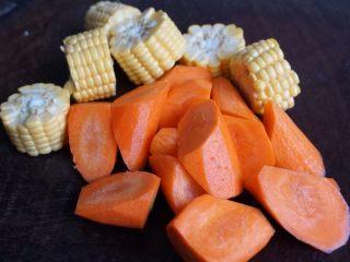 紫淮山玉米猪骨汤,胡萝卜切块,玉米切小段