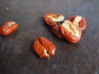 紫淮山玉米猪骨汤,用刀拍扁红枣去核