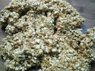 花生芝麻糖(家庭版),搅拌时出现拉丝状态就可以出锅倒在案板上了