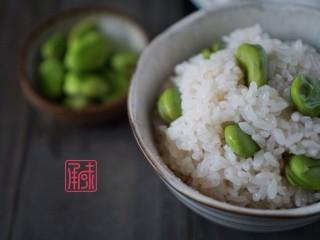 儿时妈妈的味道,糖醋带鱼,一份暖暖的家乡味,于此同时准备一份蚕豆饭,一会和糖醋带鱼一起吃。