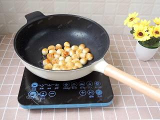茄汁鹌鹑蛋,中小火将鹌鹑蛋煎炸至表面金黄起皱