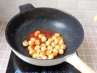 茄汁鹌鹑蛋,倒入炸好的鹌鹑蛋