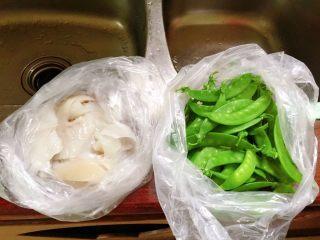 荷兰豆炒鱿鱼,刚买回的鲜鱿和荷兰豆。