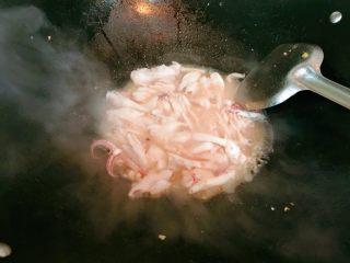 荷兰豆炒鱿鱼,鱿鱼会出水哦,煮熟。