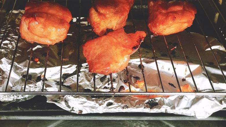 浅湘食光&蜜汁叉烧,烤15分钟刷酱料和蜂蜜,翻面刷酱料和蜂蜜烤10分钟,再翻面刷酱料蜂蜜烤8分钟...至到用牙签能一戳到底就可以了