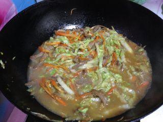 白菜肉丝面, 加少量水煮一会,调入盐、酱油即可