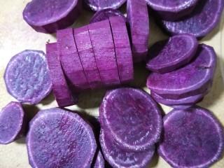紫薯辫子面包,削皮后的紫薯切片。