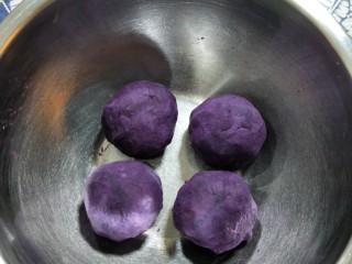 紫薯辫子面包,将紫薯泥分成4份,每份至少80克以上,待用。