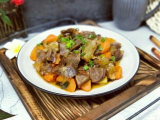 #冬日进补#~红烧牛肉,盛出装盘,撒上葱花,特别美味。