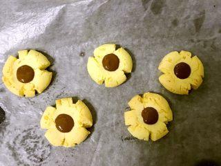 Chocolate花生碎玛格丽特小饼干,出炉以后,把融化的巧克力用勺或者别的工具滴到饼干上,等其晾凉凝固就可以了。