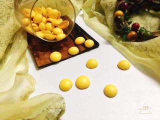 蛋黄溶豆 宝宝健康辅食,烤好的蛋黄溶豆轻轻一拨就可以脱落。