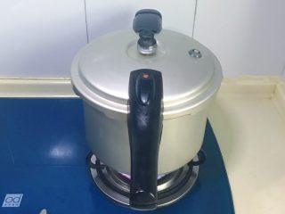 芙蓉莲子百合羹,把莲子百合倒入高压锅,加入适量清水煮熟