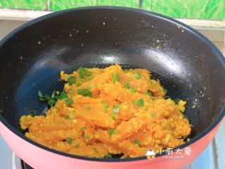 吉祥如意金沙南瓜,下入小葱;(因为蛋黄本身具有咸味,所以做这道菜时不用再放盐及其他调料了)