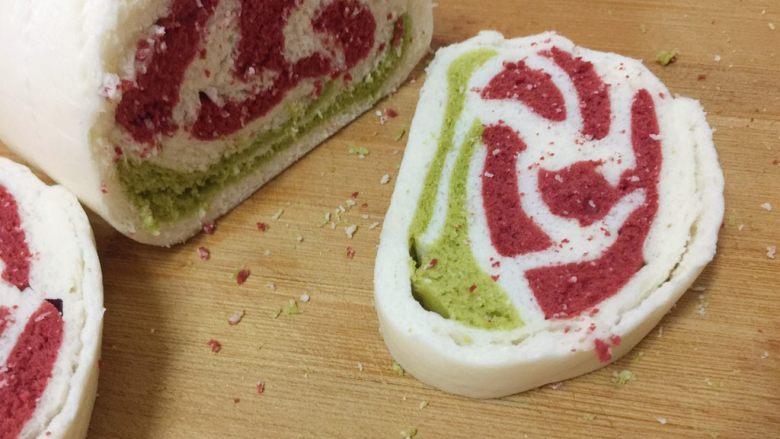 玫瑰花馒头,吃的时候把它切成片,漂亮的玫瑰花出现了😯