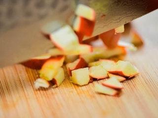 山楂糖条,山楂洗干净,去核,切丁。懒得切的,也可以直接把山楂用板压碎。