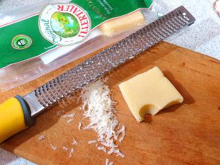 浓郁味香的【培根奶油炖菜】,首先制做白酱。将大孔奶酪磨成细碎状