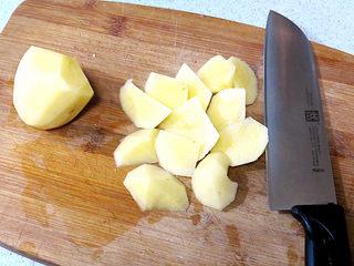 浓郁味香的【培根奶油炖菜】,土豆去皮同切成滚刀小块