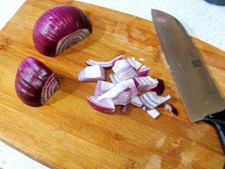 浓郁味香的【培根奶油炖菜】,洋葱去皮切块