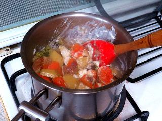 浓郁味香的【培根奶油炖菜】,将全部食材倒入奶油白酱锅中