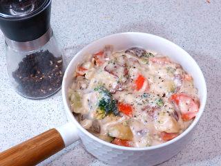 浓郁味香的【培根奶油炖菜】,出锅后,现磨适量黑胡椒调味即可