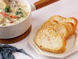 浓郁味香的【培根奶油炖菜】,也可以当做一道浓汤,沾法棍吃