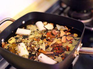 陕西小吃—肉夹馍,倒入2500克的水,下事先切好的大葱与姜片及各种香料,在倒入80克料酒。