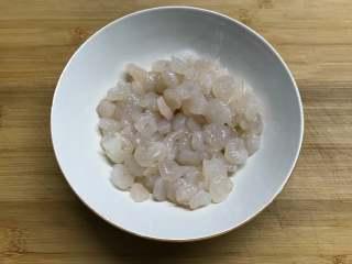 草菇虾仁  ,虾仁用盐和料酒腌10分钟。