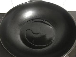 草菇虾仁  ,锅中倒入少许油。