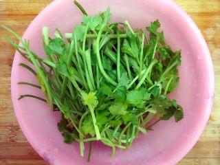 香芹胡萝卜辣椒炒鸡蛋,香芹摘洗干净,嫩的叶子可以留一些