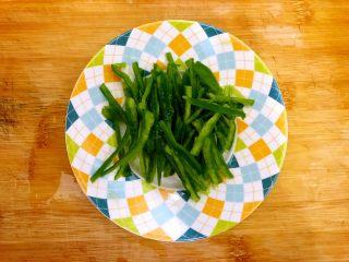 香芹胡萝卜辣椒炒鸡蛋,辣椒洗净,挖去籽,如图所示,切成丝,备用