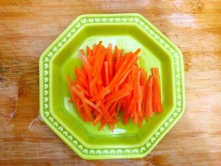 香芹胡萝卜辣椒炒鸡蛋,胡萝卜去皮,洗净,如图所示,切成丝,备用