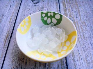 冰糖枸杞烤梨,冰糖20粒。冰糖具有清热降火,润肺化痰止咳的功效。