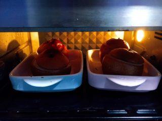 冰糖枸杞烤梨,120分钟时间到了,梨烤好了,梨的颜色全部变成棕色,渗出的梨汁水和冰糖水被糊化后的焦糖味道很香。